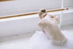 Bailarina joven en clase del ballet Imagen de archivo