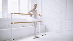 Bailarina joven en clase del ballet Imagenes de archivo