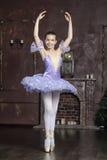 Bailarina joven en una lila foto de archivo libre de regalías