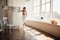 Bailarina joven hermosa en pointe Foto de archivo libre de regalías