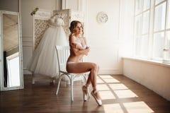 Bailarina joven hermosa en pointe Fotos de archivo