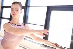 Bailarina joven que calienta en Sunny Studio Imagenes de archivo