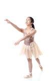 Bailarina joven que ejecuta un movimiento de Pointe del ballet Fotografía de archivo