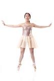Bailarina joven que ejecuta un movimiento de Pointe del ballet Fotos de archivo libres de regalías