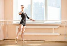 Bailarina joven que se coloca en poite Fotografía de archivo