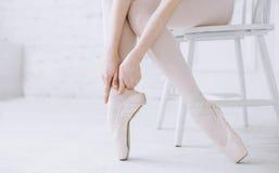 Bailarina joven que se coloca en poite en la barra en clase del ballet Fotografía de archivo libre de regalías