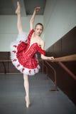 Bailarina joven que se coloca en una pierna en sus dedos del pie en pointe y d Fotos de archivo libres de regalías