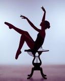 Bailarina joven que se sienta en silla de madera Foto de archivo libre de regalías