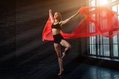 Bailarina loura nova em danças e em saltos do roupa interior do sportswear em um estúdio fotografia de stock royalty free