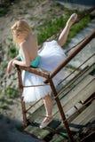 Bailarina macia com cabelo louro em um tutu branco imagens de stock royalty free