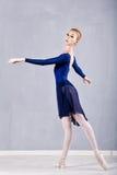Bailarina magro em uma dança azul do vestido Imagens de Stock Royalty Free