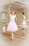 Bailarina na escola de dança Imagens de Stock