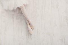 Bailarina nas sapatas de bailado do pointe, pés graciosos com espaço da cópia Fotos de Stock