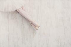 Bailarina nas sapatas de bailado do pointe, pés graciosos com espaço da cópia Fotos de Stock Royalty Free