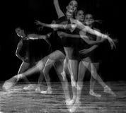 Bailarina no estúdio em Pointe foto de stock royalty free