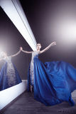 Bailarina no estúdio escuro imagens de stock royalty free