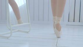 A bailarina nova aprende andar e dançar no pointe filme