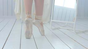A bailarina nova aprende andar e dançar no pointe video estoque