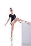 Bailarina nova bonita que ensaia no estúdio imagem de stock