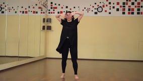 Bailarina nova bonita que faz piruetas no movimento lento vídeos de arquivo