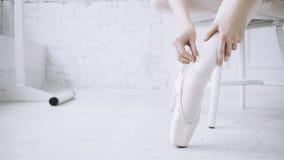 Bailarina nova na classe do bailado foto de stock