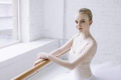 Bailarina nova na classe do bailado fotos de stock