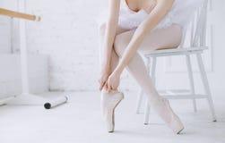 Bailarina nova que está no poite na barra na classe do bailado fotografia de stock royalty free