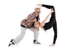 A bailarina pôr o pé sobre a cabeça do homem e do breakdancer Imagens de Stock Royalty Free