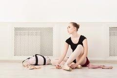 A bailarina põe sobre sapatas de bailado do pointe, foto de stock