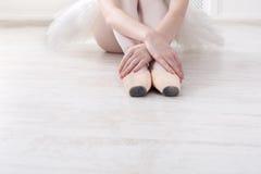 A bailarina põe sobre sapatas de bailado do pointe, pés graciosos Foto de Stock Royalty Free