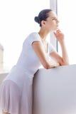 Bailarina pensativa imagenes de archivo
