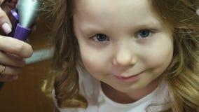 Bailarina pequena A mãe aumenta o cabelo do ` s da menina video estoque