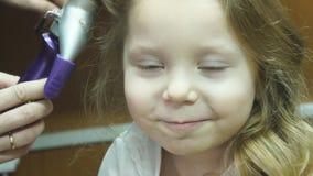 Bailarina pequena A mãe aumenta o cabelo do ` s da menina filme