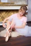 Bailarina que amarra sapatas de Pointe Fotos de Stock