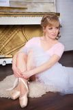 Bailarina que amarra sapatas de Pointe Imagens de Stock Royalty Free