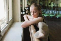 Bailarina que aquece-se na classe do bailado Foto de Stock Royalty Free