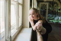 Bailarina que aquece-se na classe do bailado Foto de Stock