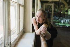 Bailarina que aquece-se na classe do bailado Imagens de Stock Royalty Free