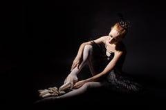 Bailarina que ata los zapatos de Pointe imagenes de archivo