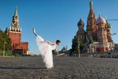 Bailarina que baila en el centro de Moscú Foto de archivo libre de regalías