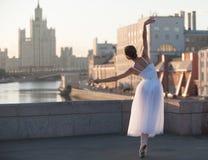 Bailarina que baila en el centro de Moscú imagenes de archivo