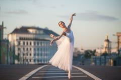 Bailarina que dança no centro de Moscou Fotos de Stock Royalty Free