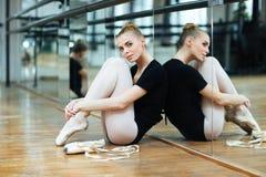 Bailarina que descansa sobre el piso Foto de archivo libre de regalías