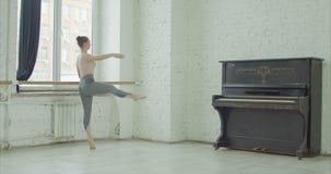 Bailarina que executa o exercício do fondu do battement filme