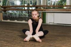 Bailarina que faz esticando exercícios Imagens de Stock