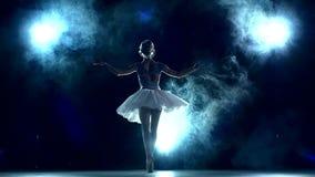 Bailarina que faz um exercício na sala de aula no azul vídeos de arquivo