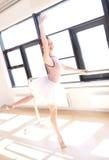 Bailarina que hace a Barre Exercises en Sunny Studio Fotos de archivo