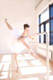 Bailarina que hace a Barre Exercises en Sunny Studio Fotografía de archivo libre de regalías