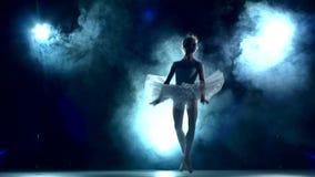Bailarina que hace un entrenamiento en la sala de clase, lenta almacen de video