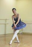 Bailarina que la practica actitudes Imagen de archivo libre de regalías